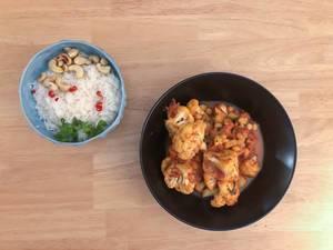 Veganer Blumenkohl-Curry und Reis mit Chili und Cashewnuss