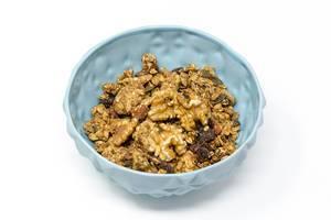 Veganer, glutenfreier Knusper Snack aus kalifornischen Walnüssen, Haferflocken und Kürbniskernen in blauer Schale