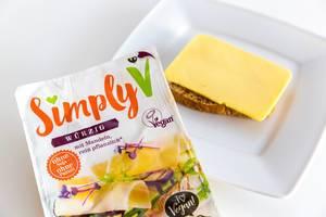Veganer Käseersatz und Brotaufstrich von Simply V, enthält Mandeln und wurde ohne Soja und ohne Palmöl hergestellt