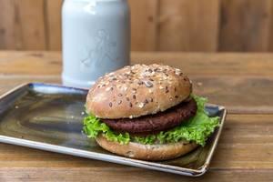 """Veganer """"Naturbursche""""-Burger bei Hans im Glück mit einem pflanzlichen Bratling aus Roter Beete-Saft, Koksnuss, Pilzen, Erbsen-, Weizen- & Sojaproteinen"""