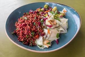 Veganer Salat mit roten Linsen, Rettich, Brokkoli und Roter Bete