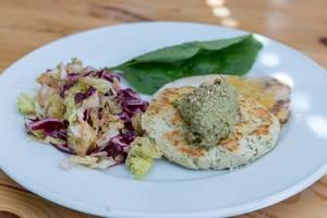 Veganer Tofu-Burger aus weissen Bohnen mit Salat und Spinat