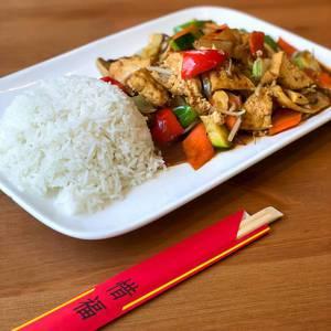 Veganes Chop Suey mit Reis und Gemüse