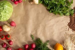 Veganes Essen auf Backpapier, mit Pilzen, Kerne, Petersilie, Tomaten und Radieschen