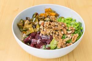 Veganes Gericht mit gegrilltes Gemüse, Edamame, Walnüsse, rote Beete, Reis und Soja-Sesam Soße in Simons Stub