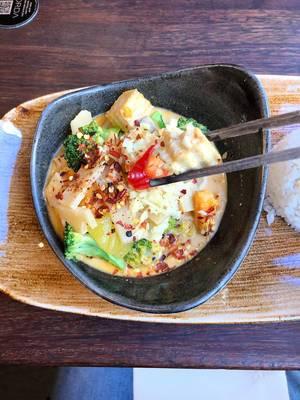 Veganes Thai-Curry mit buntem Gemüse, Bambus, Sojasprossen und Essstäbchen