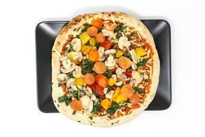 Veganz Pizza Verdura - Tiefkühlpizza mit Pilzen, Spinat, Paprika und Tomaten in der Aufsicht auf einem schwarzen Teller