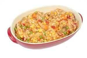 Vegetariaches Gericht: Risotto mit Erbsen, Mais, Tomaten, Karotten und Paprika