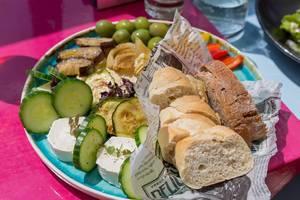 Vegetarian love in der Lamee Rooftop Bar: Humus, Ziegenkäse, gegrilltes Gemüse, Paprika, Oliven, Gebäck