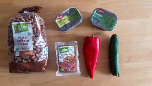 Vegetarische Zutaten: Dinkel-Vollkorn-Locken, Schnittlauch, Petersilie, Bio Räucher Tofu, Paprika und Zucchini