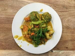 Vegetarischer Knödel mit Gemüse