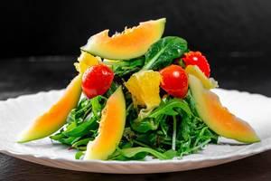 Vegetarischer Salat mit Kirschtomaten, Orangen, Avocado und frischen Kräutern