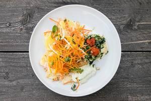 Vegetarisches Gericht: Gebackener Ziegenkäse mit Rübstiel, Kürbiskernen und geschmolzenen Tomaten dazu Möhren-Kartoffeln-Gratin und kleiner gemischter Salat
