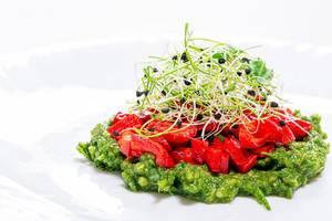 Vegetarisches, gesundes Essen: dekorativer Salat mit frischem Gemüse wie Paprika und Zwiebelkeimlingen / Sprossen