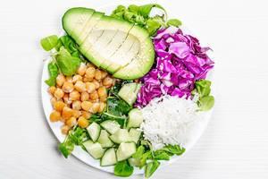 Vegetarisches, gesundes Mittagessen mit. frischem Gemüse, Kichererbsen und Reis