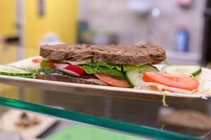 Vegetarisches Sandwich mit frisches Gemüse wie Gurke, Tomate, Rettich und Salat an der Fibo-Messe Köln