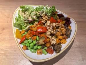 Veggie Buddha Bowl mit gegrillten Auberginen, Basilikum, Süßkartoffeln & Zucchini, dazu Edamame, Quinoa, Vollkornreis & Soja-Sesam-Sauce