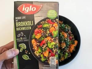 Veggie Love Brokkoli-Buchweizen von Iglo: tiefgefrorenes veganes Essen in einer schwarzen Schüssel auf weißem Hintergrund