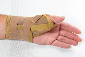 Verband / Bandage am Handgelenk eines Mannes mit verletzen Hand