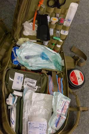 Verbandkasten und medizinisches Bedarfsmaterial im Rücksack eines Soldaten