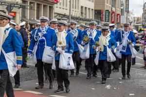 Vereinsmitglieder des KG Sr. Tollität Luftflotte beim Rosenmontagszug - Kölner Karneval 2018