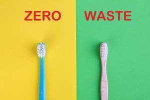 """Vergleich von Zahnbürsten aus Kunststoff und Bambus, auf gelbem und grünem Hintergrund mit dem Text """"Zero Waste"""" / Null Verschwendung"""