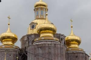 Vergoldete Kuppeln der Vladimirskaya-Kirche in Sankt Petersburg