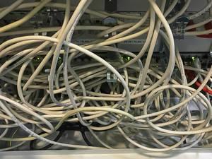 Verheddertes Kabelgewirr-Problem am Computer-Schreibtisch