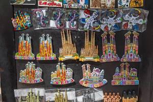 """Verkauf von Magnete als Souvenirs und Mitbringsel mit Motiv der Antoni Gaudi - Basilika """"Sagrada Familia"""" in Barcelona (Spanien)"""