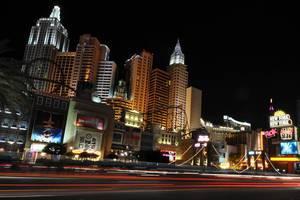 Verkehr vor dem New York-New York Hotel and Casino in Las Vegas - Langzeitbelichtung