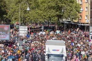 Verkehrschaos durch Klimastreik: Alle-fürs-Klima-Demonstranten am Hans-Böckler-Platz in Köln