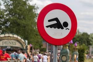 Verkehrszeichen beim See zeigt dass Schwimmen auf dem Tomorrowland Festival verboten ist