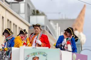 Verkleidet als Kapitäne auf einem Wagen stehend - Kölner Karneval 2018