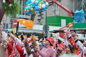 Verkleidete, feiernde Menschen und bunte Karnevalisten