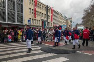 Verkleidete Feuerwehrleute beim Rosenmontagszug - Kölner Karneval 2018
