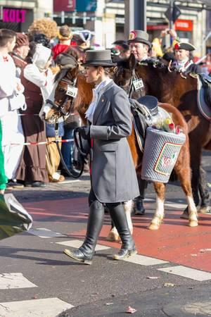 Verkleidete Frau führt ein Pony an der Leine - Kölner Karneval 2018