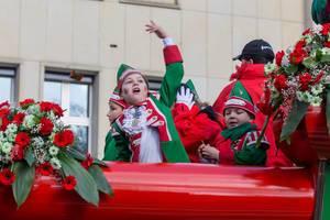 Verkleidete kleine Jungs im Wagen beim Rosenmontagszug - Kölner Karneval 2018