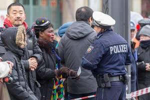 Verkleidete Zuschauerin unterhält sich mit einer Polizeibeamtin - Kölner Karneval 2018