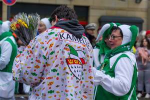 Verkleideter Mann mit Aufschrift Kamelle auf dem Rücken - Kölner Karneval 2018