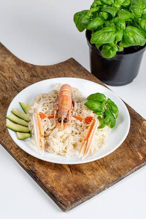 Vermicelli with avocado slices, basil and lobster