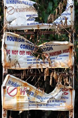 Vernichtete Jagdverbot Schilder in Thailand