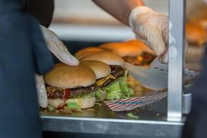 Verpacken von Burgern in einem Fastfood-Laden