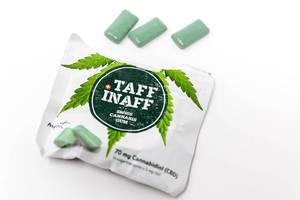 Verpackung von Taff Inaff Schweizer Kannabis-Kaugummi enthält CBD, mit grünen Kaugummis auf weißem Untergrund