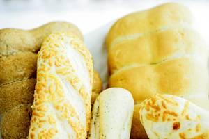 Verschiedene Arten von Brot  - Weißbrot mit Käse