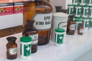 Verschiedene Arzneimittel in Gefäßen