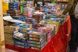 Verschiedene Brettspiele zum Verkauf auf einem Tisch gestapelt