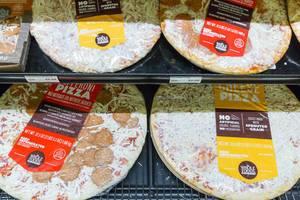 Verschiedene Fertigpizzen im Whole Foods Market