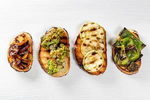 Verschiedene gesunde Sandwiches vom Grill, belegt mit frischem Gemüse