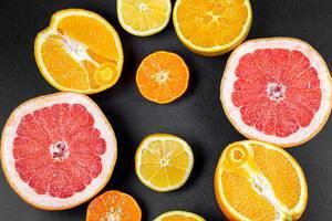 Verschiedene halbgeschnittene Zitrusfrüchte in obene Aufnahme
