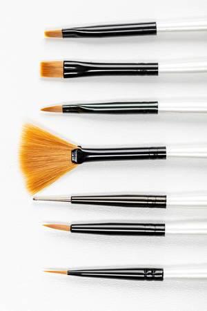Verschiedene neue Make-Up Pinsel vor weißem Hintergrund